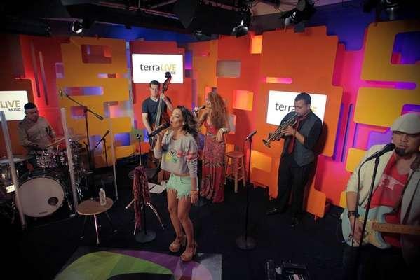 """Beatriz Luengo se lució ofreciendo un impresionante show, totalmente gratis y en vivo, cargado de energía y buena vibra en Terra Live Music. Luciendo unos shorts bien cortos y un sweater de """"Sesame Street"""", la artista iluminó con su gran belleza el escenario. En su repertorio sonaron sus grandes éxitos, entre ellos """"What A Wonderfull"""", """"Alguien"""", el único cover de Kings Of Leon aprobado por la banda, """"Ley de Newton"""", que popularizó junto a Jesús Navarro, integrante de Reik y por su puesto el pegajoso """"Como Tú No Hay 2"""", que cantó al lado de Yotuel."""