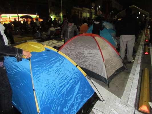 Integrantes del movimiento #YoSoy132 instalaron casas de campaña afuera de las instalaciones de Televisa en Chapultepec, en la Ciudad de México.