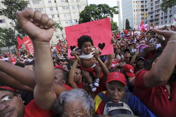El presidente Hugo Chávez, que está desarrollando una campaña vigorosa y cada vez más activa desde hace dos semanas y media, cuando aseguró que estaba libre del cáncer que lo afectó durante un año, conmemora el sábado su 58vo cumpleaños rodeado de partidarios en una de las barriadas más populosas de Caracas.
