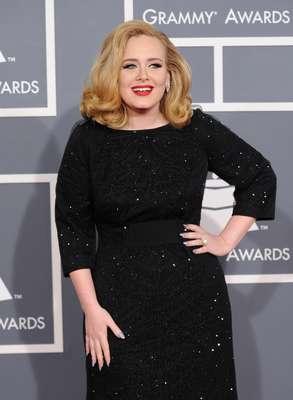Enquanto muitas estrelas gostam de inventar moda na hora de fazer as unhas, Adele prefere manter as suas em um estilo mais simples
