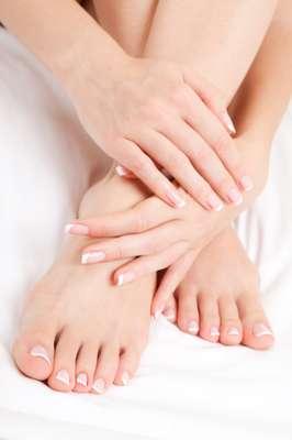 """Embora existam alguns tratamentos que você prefere deixar para os profissionais, como depilação com cera, uma boa pedicure feita em casa pode durar até três semanas, se feita direito. """"Passar 30 minutos em um bom 'faça você mesmo' é um dos tratamentos de beleza mais transformadores que você pode fazer"""", disse a especialista em saúde do pé, Margaret Dabbs, ao Daily Mail. Além de deixar seus pés bonitos, uma boa pedicure pode ser até mesmo um impulsionador de confiança"""", acrescentou"""