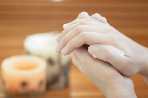 Hidratação caseira feita com cera de parafina acelera e intensifica a nutrição das mãos, deixando-as livres de ressecamento, descamação e rachaduras