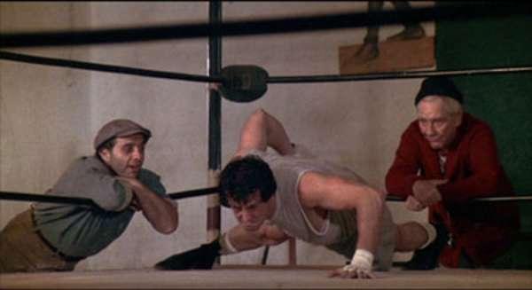 Rocky (1976). Sylvester Stallone protagonizó esta película que narra la vida del italo-estadounidense, Rocky Balboa, quién se convierte en el boxeador más grande de la historia. Tras su gran éxito la cinta recaudó alrededor de 115 millones de dólares, solo en Estados Unidos, y obtuvo tres Premios Oscar, incluyendo mejor película. La popular cinta de boxeo ha tenido cinco secuelas las cuales fueron Rocky II, Rocky III, Rocky IV, Rocky V y Rocky Balboa.