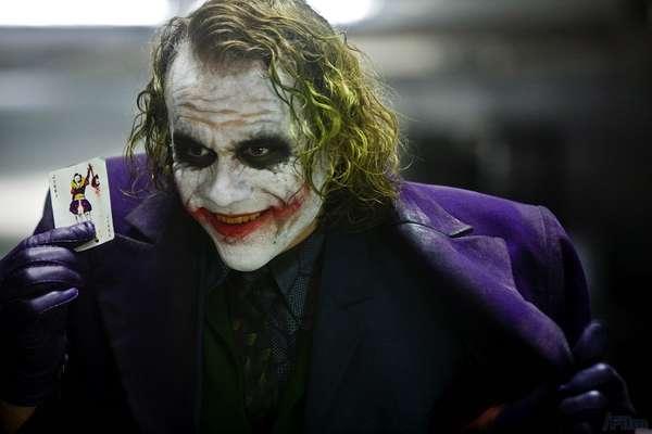 """1. La temática. A pesar de que las películas con superhéroes siempre se consideran como películas de entretenimiento puro, Nolan, con su trilogía logró además de entretener, tocar temas humanos y darles un sentido más profundo. Temas como el honor, la integridad y el heroísmo. El ejemplo más claro es cómo Harvey Dent, que era un """"héroe blanco"""" para la ciudad, se convierte en un ser """"malvado"""" bajo la influencia del dolor y del villano 'Joker'. También, Nolan demuestra que éticamente elige la opción de esconder los crímenes de Harvey Dent para que la ciudad no se descarrile, mientras un inocente, 'Batman', asume muertes que no le corresponden."""
