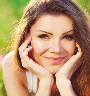 Ao contrário do que muita gente imagina, vilões da beleza da pele e do corpo feminino, como olheiras, manchas e celulite, podem ser combatidos com tratamentos simples e eficazes