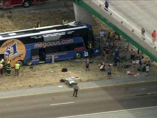 Una mujer falleció y más de dos decenas de personas resultaron heridas debido al choque de un autobús de dos pisos contra la columna de un paso elevado en el estado de Illinois, Estados Unidos, según informaron medios locales.