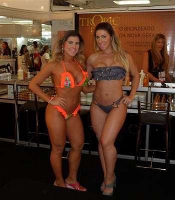 Ana Paula e Tatiane Minerato exibiram suas marquinhas de biquíni durante participação especial na 20ª Exposição Internacional da Beleza Estétika