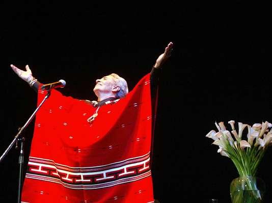 La cantante mexicana Isabel Vargas Lizano, conocida artísticamente como 'Chavela Vargas', falleció a los 93 años a causa de complicaciones cardiacas y pulmonares. Pionera de la música ranchera, 'La Chamana', falleció en un hospital de Cuernavaca, donde fue internada días atrás. Terra recuerda a Chavela y las frases más memorables de la 'dama del poncho rojo'.