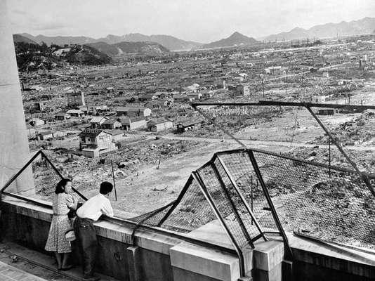 """Tres años después de la explosión, los japoneses tratan de reconstruir Hiroshima en 1948, Japón. Un bombardero norteamericano B-29 denominado """"Enola Gay"""" arrojó la bomba nuclear el 6 de agosto de 1945 a las 08H15 (23H15 GMT), convirtiendo a la ciudad en un infierno y matando a unas 140.000 personas, en el capítulo final de la Segunda Guerra Mundial."""