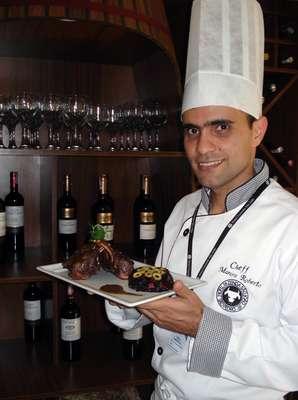 O chef Marcos Roberto, do Hotel Fazenda São João, em São Pedro SP, elaborou um prato que aproveita bem as características do arroz negro, que é suave e afrodísíaco: carré de cordeiro com arroz negro e geleia
