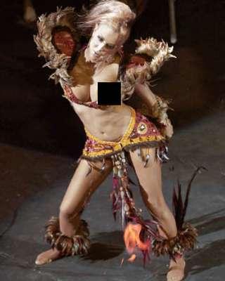 """Ninel Conde, por accidente, mostró demás haciendo sus enérgicas y sensuales coreografías en el musical """"Aventurera"""". """"El Bombón Asesino"""" realizaba su performance cuando por el gran escote que lucía, se escapó parte de su seno, exponiendo un pezón al público."""