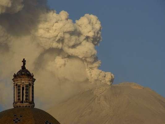 El volcán activo Popocatépetl, situado a unas 43 millas de Ciudad de México, lanzó este martes una fumarola de gas y ceniza que superó los 4,500 metros de altura, lo que representa su mayor actividad desde abril, según las autoridades.