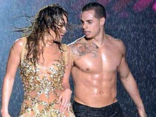 Las sensuales anatomías mojadas de Jennifer López y Casper Smart encendieron las pasiones en un show de la gira que actualmente emprende J. Lo por USA junto a Enrique Iglesias.