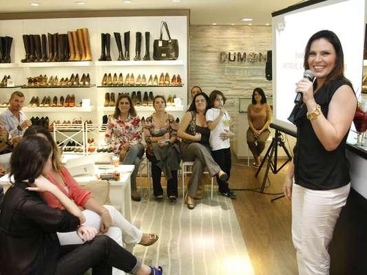 Nesta sexta-feira (10), a loja Dumond do Mooca Plaza Shopping recebe a sexóloga Laura Muller para a palestra Fetiche, sapatos e prazer
