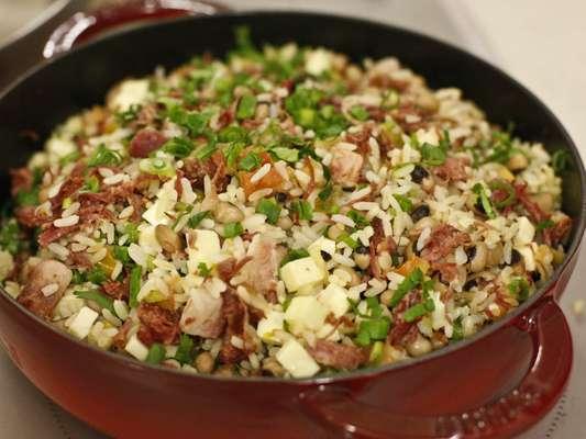 O chef Rodrigo Oliveira ensinou uma receita especial de baião de dois, feita com carne seca, barriga de porco defumada, linguiça artesanal, feijão fradinho, manteiga de garrafa, tomate, cebola, pimentão e arroz agulhinha cozido na banha de porco. Confira o passo a passo a seguir