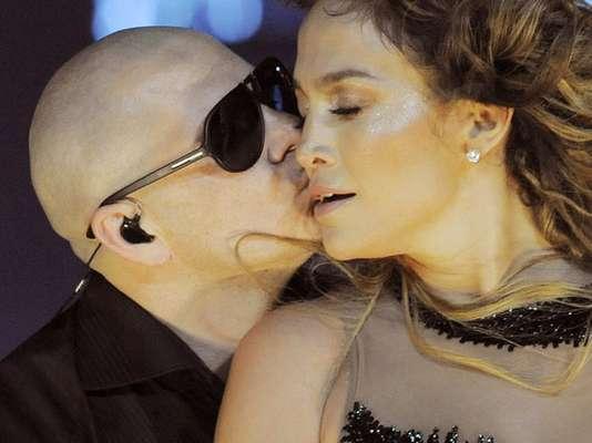 La química entre Jennifer López y Pitbull fue tanta, que el rapero, invitado especial durante una actuación en el Honda Center de Anaheim, California, sorprendió a la estrella al estamparle tremendo beso en pleno show.