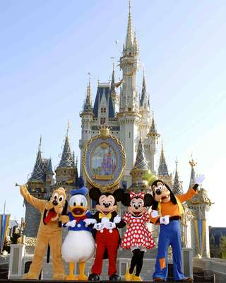 1. Magic Kingdom, Estados Unidos: mais de 17 milhões de pessoas visitaram o Magic Kingdom em 2011, tirando fotos de Mickey Mouse e do icônico castelo da Cinderela e se divertindo em atrações como Piratas do Caribe e Space Mountain. Coração dos quatro parques que formam o complexo de Walt Disney World, em Orlando, o Magic Kingdom tem desfiles de personagens todas as tardes, seguidos de queima de fogos de artifício