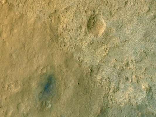 Curiosity aterrizó en el cráter de Marte conocido como el cráter Gale, que es aproximadamente del tamaño de Connecticut y Rhode Island combinados en Estados Unidos. Un punto verde muestra donde el rover aterrizó con un contorno azul.