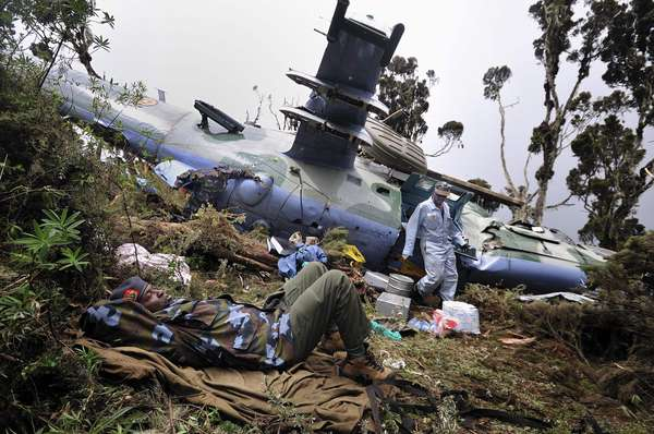 Un helicóptero militar se estrelló la noche del lunes en una zona selvática de Kenia tras verse forzado a realizar un aterrizaje de emergencia, según informó el gobierno ugandés. El piloto y 4 miembros de la tripulación pudieron ser rescatados, pero los dos artilleros y otros diez tripulantes continúan desaparecidos.