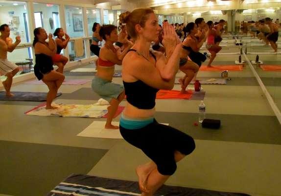 Há sempre um esporte que vira o queridinho da estação e, nos Estados Unidos, é a hot yoga (yoga quente) que no momento está no pódio. A modalidade já existe há cerca de 40 anos, mas vem ganhando a cada dia adeptos e admiradores ao redor do mundo, de anônimos a celebridades
