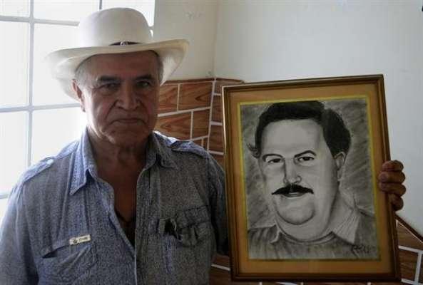 Casi veinte años después de la muerte de Pablo Escobar, el mayor narcotraficante de la historia, conserva un feudo en su ciudad natal, Medellín, donde los habitantes del barrio que lleva su nombre profesan por él una fe ciega que camufla el pasado violento del capo.