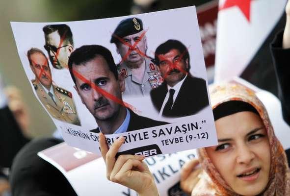 15 de marzo de 2011: Comienzan las primeras protestas. La primavera árabe inspira a los sirios para manifestarse buscando reformas democráticas en un país que la familia Asad ha gobernado durante 40 años. En la imagen, una exiliada siria se manifiesta en Turquía con un cártel tachando a Bashar Al Asad y a los máximos responsables del gobierno.