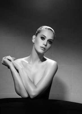 A cantora Katy Perry tirou a roupa para ser clicada para a nova campanha do famoso maquiador Jake Bailey