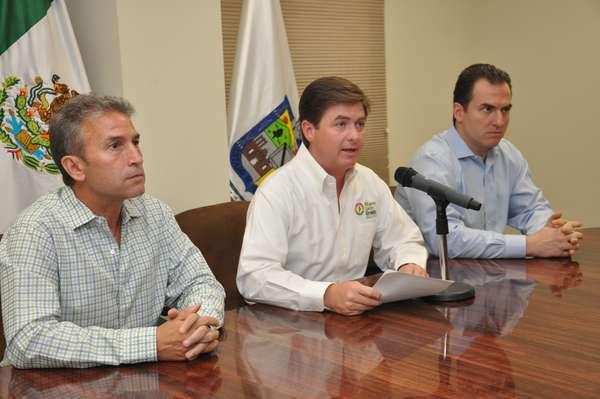 En rueda de prensa encabezada por el gobernador de Nuevo León, Rodrigo Medina de la Cruz, cuatro presuntos secuestradores ligados al Cártel de los Zetas fueron presentados la tarde de este domingo en las instalaciones de la Agencia Estatal de Investigaciones.
