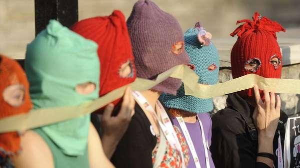Cientos de manifestantes alrededor del mundo criticaron la condena a dos años de reclusión a tres integrantes del grupo punk ruso, Pussy Riot.