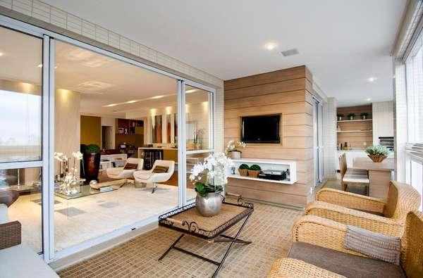 O piso da sala e da varanda é o mesmo. Isso dá ideia de amplitude e unidade ao ambiente