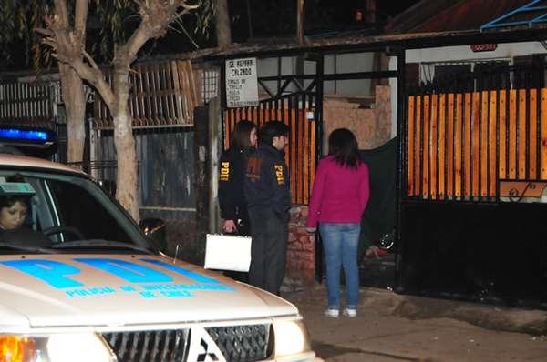 """Un hombre de 56 años identificado como Manuel Parraguez resultó herido tras ser impactado por una """"bala loca"""" en la comuna de Cerro Navia. El proyectil fue disparado en el contexto de un enfrentamiento entre bandas de narcotraficantes en la Población Sara Gajardo, quienes se disputaban el territorio. Parraguez, quien se aprestaba para acostarse, salió a la calle alertado por la balacera y con la preocupación de proteger a su nieto, que estaba bajo su custodia, ocasión en la que recibió un balazo perdido en el abdomen. El hombre está internado grave en el Hospital San Juan de Dios, con riesgo vital."""