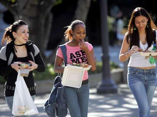 El crecimiento de la población hispana y un aumento en las tasas de egresados de secundaria ayudaron el año pasado a los jóvenes hispanos a ser la minoría más grande en los colegios de educación superior, y representar la cuarta parte de la población en las escuelas públicas, reportó el Centro Pew Hispano.
