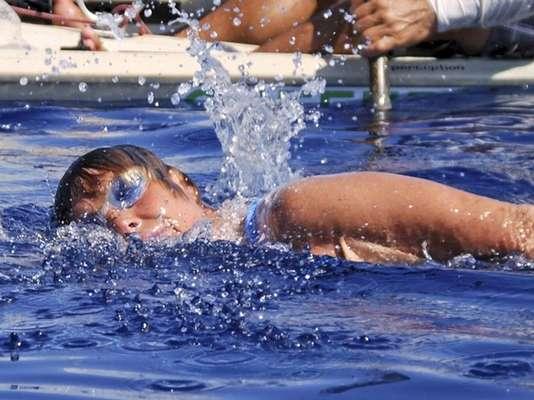 La nadadora estadounidense Diana Nyad abandonó este martes su cuarto intento por unir Cuba y Florida, según medios de su país, luego de luchar contra tormentas y medusas durante más de dos días.