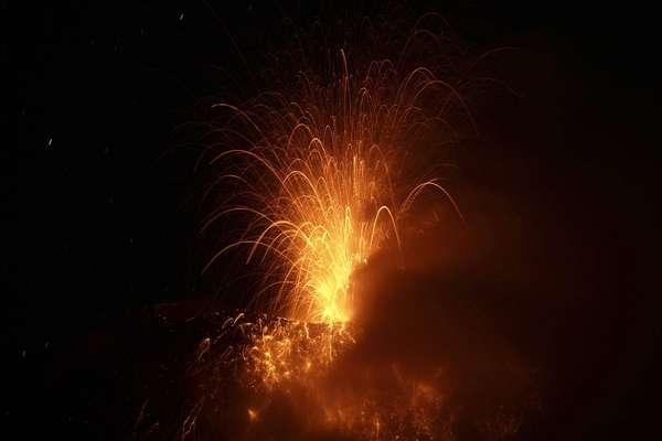 NoticiaComentar 0El volcán Tungurahua, situado en el centro de los Andes de Ecuador, generó hoy 16 explosiones y emanó bocanadas de vapor de agua y ceniza, informó el Instituto Geofísico (IG) de la Escuela Politécnica Nacional.