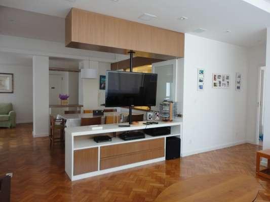 O casal comprou um apartamento bem deteriorado no Rio de Janeiro e chamou a arquiteta Maria Helena Torres para fazer uma reforma radical. Ela comandou um grupo de engenheiros, marceneiros e operários que mudou totalmente o espaço e atendeu ao grande desejo dos moradores: ter um closet. Informações: (21) 8767-6444