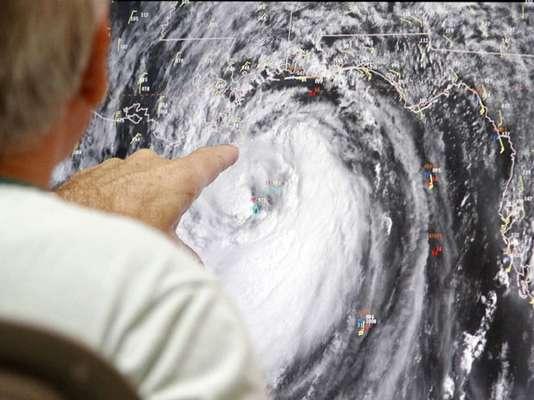 Isaac alcanzó este martes fuerza de huracán categoría 1, con vientos de 120 kph, lo que mantiene en máxima alerta a las zonas costeras de los estados estadounidenses de Louisiana, incluida Nueva Orleans, Misisipi y Alabama.