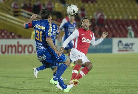Gerardo Bedoya, volante santafereño, fue fuerte en marca y tuvo ocasiones de gol en tiro libre.