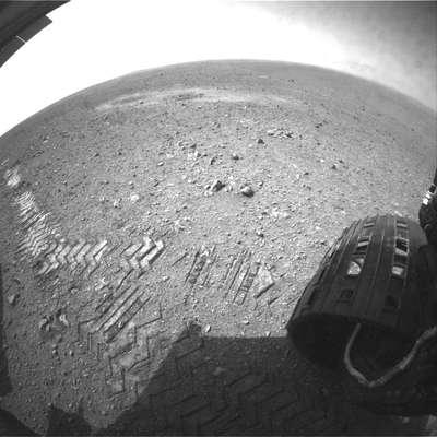 """El robot Curiosity comenzó a recorrer la superficie de Marte y rodó """"bellamente"""" antes de ponerse a hacer verdadero trabajo científico sobre el planeta rojo, según la agencia espacial estadounidense NASA. (Textos de AFP)"""