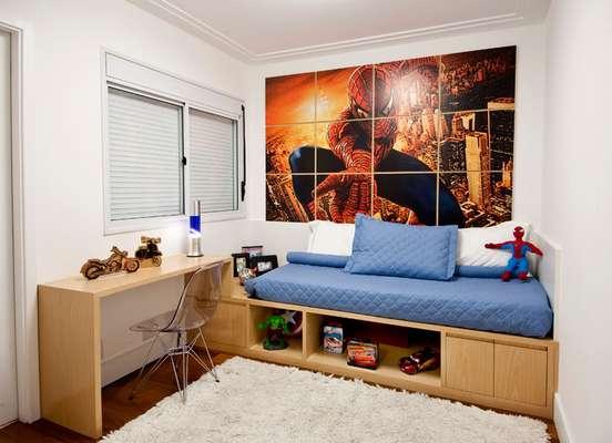 No projeto das arquitetas Paula Ferraz e Éllen Cavalcante a imagem do Homem-Aranha foi impressa em um adesivo inteiriço, que foi cortado e dividido entre doze quadros de madeira. Informações: (11) 5096-2424