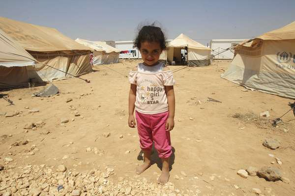 Más de 10.200 personas cruzaron la semana pasada la frontera entre Siria y Jordania con dirección a los campamentos de refugiados que se distribuyen en torno a la línea que divide ambos países. En la imagen, una pequeña niña siria sonríe a la cámara en el campamento de Al Zaatri en territorio jordano.