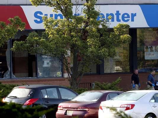 Las autoridades confirmaron que tres personas murieron en un tiroteo ocurrido la madrugada de este viernes en un supermercado de una pequeña localidad del estado de Nueva Jersey, uno de ellos el atacante, quien se quitó la vida tras abrir fuego.