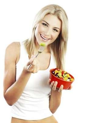 """Por ser la primera comida del día tras el largo período de ayuno durante el sueño, el desayuno tiene una gran importancia para la alimentación como un todo. """"Si no ingiere nada en este horario, el cuerpo, que ya está con su reserva de energía baja, comienza a consumir masa muscular. Es decir, por ejemplo, hay una pérdida de masa muscular y consecuente flacidez"""", explica la nutricionista Livia."""