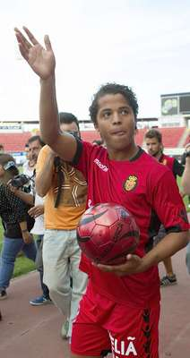 Giovani dos Santos greets the fans (500 aprox.) that went to Iberostar stadium to see his official presentation and welcome him.