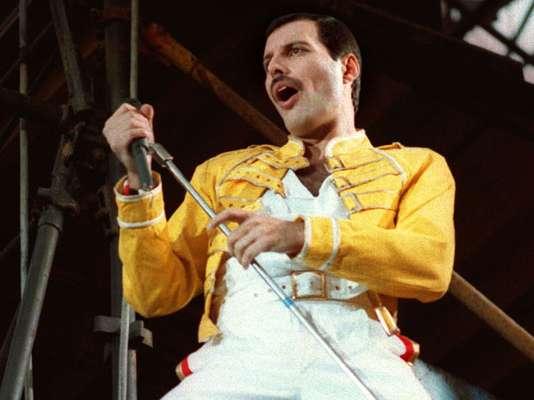 Farrokh Bulsara, conocido mundialmente como Freddie Mercury, (1946 - 1991), uno de los genios de la música rock cumpliría 66 años. A dos décadas de su muerte es recordado como uno de los músicos más prolíficos que brilló durante los años 70 y 80. Su muerte, en 1991 se debió a las complicaciones derivadas del sida que padeció.
