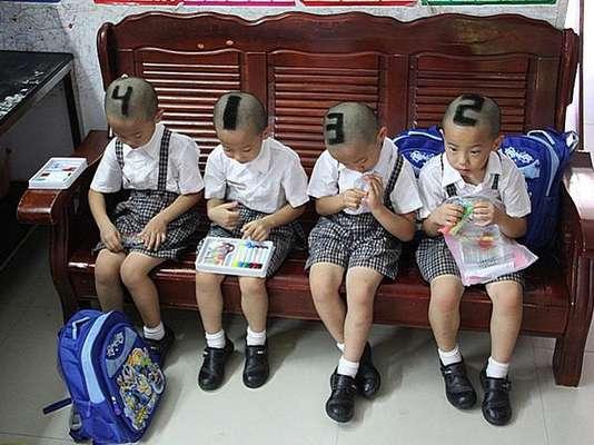 Los padres de unos cuatrillizos chinos realizaron un extraño corte de pelo a sus hijos para que sean identificados en la escuela.