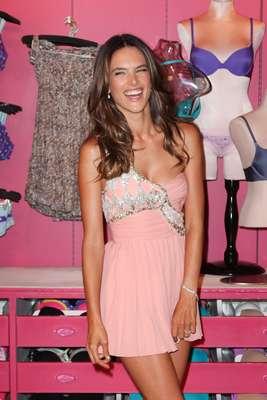 A top model brasileira Alessandra Ambrosio agitou a loja Victoria's Secret no Soho, em Nova York, nessa quinta-feira (6), como parte do Fashion's Night Out, promovido pela revista Vogue