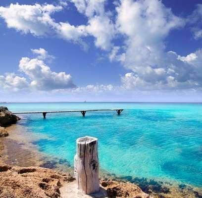 Ibiza, España: algunas personas consideran Ibiza como referencia para las fiestas y por eso este lugar no podría quedar fuera de la lista. La fiesta nunca termina en esa isla, lo que atrae a turistas el año entero para dormir en la playa, bailar en la arena y participar de la agitada jornada que dura hasta la madrugada.