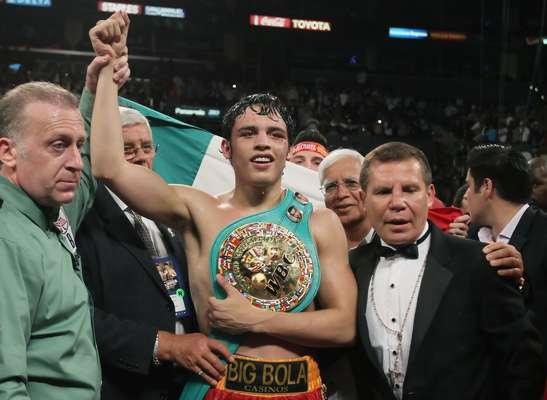 Julio César Chávez Jr. conquistó el título de peso medio de la CMB ante el alemán Sebastian Zbik, y fue el 4 de junio de 2011.