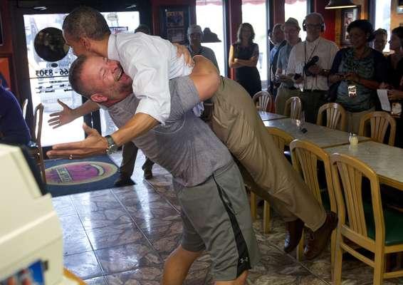 El presidente Barack Obama recibió este domingo en Fort Pierce, Florida, el fuerte abrazo de un seguidor, que logró elevarlo a al menos 30 centímetros del suelo.