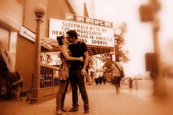 Fotógrafo retrata besos en la calle como símbolo pacifista
